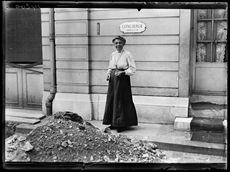 Guerre 1914-1918. Mme Yung, Wurtembergeoise pur sang, touche des appointements du gouvernement français en qualité de gardienne de l'ambassade allemande, rue de Lille. Elle y est concierge depuis trente ans. Paris, fin septembre 1917.