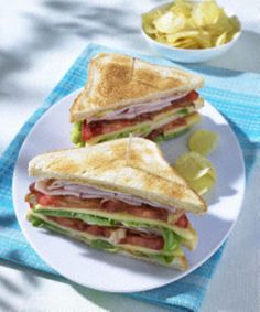 The recipe for classic club sandwich with chips and other free recipes on LECKER.de The recipe for classic club sandwich with chips and other free recipes on LECKER. Gourmet Sandwiches, Healthy Sandwiches, Sandwiches For Lunch, Meat Recipes, Snack Recipes, Snacks, Free Recipes, Sandwich Recipes, Ideas Sándwich