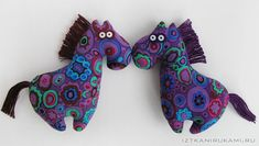 These sequin-eyed horses would be so cute on a Christmas tree.  I'll just make 3 dozen.