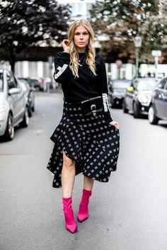 Sock Boots, Outfit, Streetstyle, Herbst, Inspiration, Fashion, Blog, Blogger, Look, Mango, Zara, Pink, Midirock, Gürteltasche, Fall, Autumn, Sweater, Hoodie, Schwarz, Boots, Designer, Düsseldorf