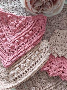Mönster popcorn dregglis Crochet Baby Bibs, Newborn Crochet, Crochet For Kids, Free Crochet, Baby Bibs Patterns, Baby Knitting Patterns, Crochet Patterns, Bandanas, Bib Pattern
