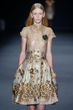 A marca Acquastudio inspirou-se na arte barroca para criar o seu Inverno 2015, apresentado durante a SPFW. As peças, todas em tons de dourado, trouxeram bordados detalhados e variados