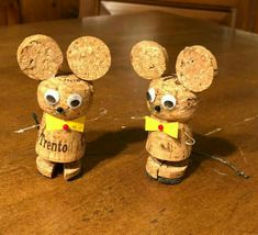 Learn how to make fun and easy DIY Christmas crafts for kids with wine cork ornaments. Most of the supplies can be bought really cheaply at your local dollar store and will make really good holiday decorations for your Christmas tree! Wine Cork Wreath, Wine Cork Ornaments, Wine Cork Art, Wine Corks, Wine Craft, Wine Cork Crafts, Wooden Crafts, Diy Cork, Wine Cork Projects
