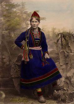 DigitaltMuseum - Kvinna iklädd samisk dräkt. Inga Åren, Frostviken, Lappland. Handkolorerat ateljéporträtt.