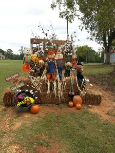 Halloween Outside, Fall Halloween, Outside Fall Decorations, Halloween Decorations, Bail Of Hay, Autumn Display, Photo Backdrops, Scarecrows, Fall Photos