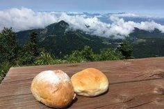 日本一高い所にあるパン屋さん横手山頂ヒュッテで味わうパンが絶品 長野県志賀高原の南東端に位置する標高2307mの横手山の山頂に横手山頂ヒュッテはあります 遠方からのリピーターも多く夏休みなどの観光シーズンは行列必至なパン屋さんなんですよ パンは志賀高原の湧き水と厳選した国産小麦粉を使用して毎朝手作りされています防腐剤は一切不使用というこだわりよう 絶景の中で食べるパンは最高に美味しいですよ tags[長野県]
