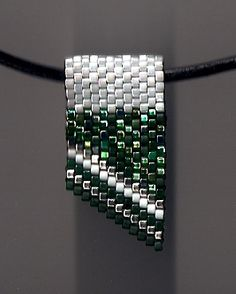 Go Green! Go White! Mini Slide                                                                                                                                                      Mehr Seed Bead Necklace, Pendant Earrings, Seed Bead Jewelry, Pendant Jewelry, Beaded Necklace, Beaded Bracelets, Beaded Jewelry, Jewelry Making Beads, Seed Bead Patterns
