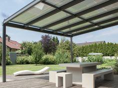 mesa y bancos de hormigón en el jardín