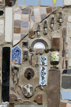 It took Syrian artist Moaffak Makhoul and his team six months to complete the mural in the upscale Al Mazzeh area of Damascus.The team used scrap objects like broken mirrors, bicycle wheels, and aluminum cans to construct the mural, measuring feet across. Broken Mirror Art, Recycled Art Projects, Recycled Materials, Aluminum Cans, Guinness World, World Records, Outsider Art, Art Classroom, Damascus