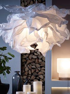 LED-ljuskällorna har ett varmt ljus som efterliknar dagsljus. KRUSNING taklampskärm, STÖPEN LED blockljus, SINNERLIG bordslampa.