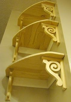 BEHIND CORNER CHAIR---DIY corner shelves. A little too complicated for my skill level, but the bottoms are gorgeous and apparently sold at Lowes or Home Depot. Could do with plain squares, stain wood nice color Woodworking Patterns, Woodworking Skills, Woodworking Plans, Woodworking Projects, Wooden Projects, Home Projects, Wood Crafts, Diy Regal, Scroll Saw Patterns