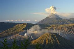 Monte Bromo, Java Oriental. O inglês é reconhecido pelos locais nos pontos mais turísticos das ilhas, principalmente em Jacarta, Bali e outras cidades maiores.