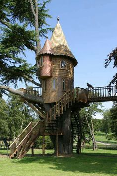 How To Build A Treehouse ? This Tree House Design Ideas For Adult and Kids, Simple and easy. can also be used as a place (to live in), Amazing Tiny treehouse kids, Architecture Modern Luxury treehouse interior cozy Backyard Small treehouse masters Luxury Tree Houses, Cool Tree Houses, Fairy Houses, Play Houses, Future House, My House, House Lamp, Fairytale House, Garden Buildings