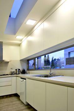 Junor Arquitectos - Cocinas Modern Windows, Trampolines, Kitchen Corner, Minimalist Kitchen, Kitchen Design, Sweet Home, Kitchen Cabinets, House Design, Decoration