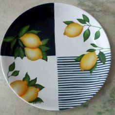 Prato em porcelana pintado por Silvana Araújo. Atelier de Arte Silvana Araújo.