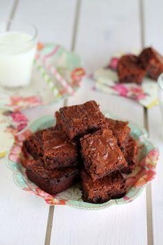 Ένα πεντανόστιμο Κέικ/μπράουνις Νουτέλαςμε 4 μόνο υλικά. Απολαύστε το με το καφεδάκι σας και απογειώστε τη γεύση σας. Μια πανεύκολη και γρήγορη συνταγή (α