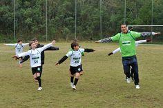 Emerson comemorando gol com a criançada.