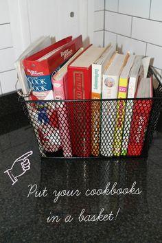 Coloque seus livros de receitas em uma cesta