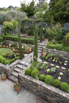 Um blog para inspirar decorações aconchegantes e formosas! Sloped Backyard Landscaping, Terraced Landscaping, Terraced Backyard, Landscaping On A Hill, Sloped Garden, Backyard Garden Design, Terrace Garden, Landscaping Ideas, Backyard Ideas