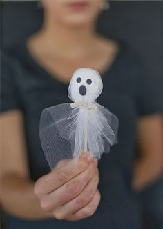 DIY Halloween : DIY Halloween Donut Hold Ghosts (Would be cute with lolipops). I have to say using tulle looks much nicer than tissue. Halloween Donuts, Halloween Infantil, Recetas Halloween, Soirée Halloween, Adornos Halloween, Manualidades Halloween, Halloween Goodies, Halloween Birthday, Holidays Halloween