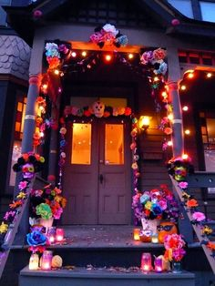 a Mexican style Diá de los Muertos halloween decorations.home sweet home :O) Fröhliches Halloween, Holidays Halloween, Mexican Halloween, Halloween Doorway, Halloween Window Display, Vintage Halloween, Halloween Makeup, Halloween Costumes, Mexican Holiday