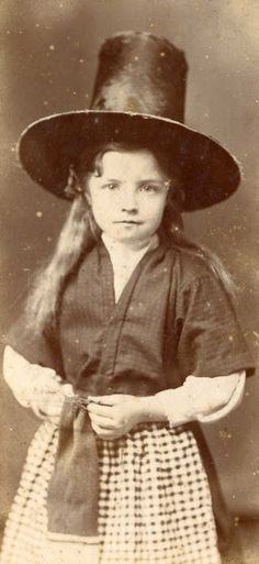 A single card for St. The picture shows a young girl dressed in traditional welsh costume. It was taken in a Swansea photographic studio around The message inside reads: St David's Day Greetings / Cyfarchion ar Ddydd Gwyl Dewi Traditional Welsh Dress, Traditional Outfits, Historical Clothing, Historical Photos, Welsh Lady, Celtic Clothing, Welsh Language, Saint David's Day, Cymru