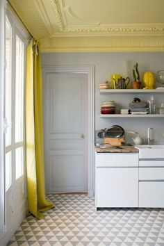 Apartment styling, lovely living rooms and Scandi interior design. White walls, wooden floors, luscious rugs and creative lighting ideas. Small house love, reading corners and plant-filled nooks. The interior design trends of 2019 are here! Ceiling Paint Colors, Kitchen Paint Colors, Ceiling Paint Ideas, Ceiling Decor, Ceiling Painting, Yellow Ceiling, Colored Ceiling, Dark Ceiling, Ceiling Trim