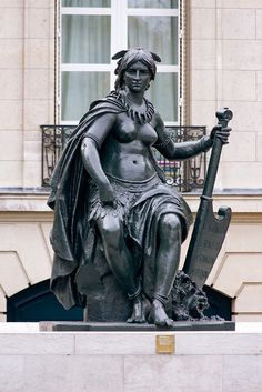 Statue representing North America outside the Musee d'Orsay by Histotel French Art, Art Of Living, Wood Sculpture, Oh The Places You'll Go, Installation Art, Wonderful Places, Les Oeuvres, Paris France, North America