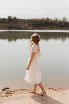 Wir haben moderne zweiteilige Brautkleider für das Standesamt oder die freie Trauung entworfen. Locker und luftig aus natürlichen Stoffen. Wir lieben Mix