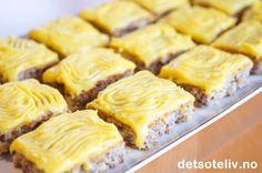 Her er en langpannekakeversjon av den alltid populære Norwegian Cuisine, Norwegian Food, Norwegian Recipes, Easy Bake Cake, No Bake Cake, Baking Recipes, Cookie Recipes, Dessert Drinks, Desserts