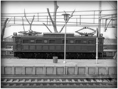 Maqueta estación con marquesina. Escala H0.  Locomotora eléctrica 7005 RENFE. Escala H0.