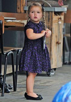 Modische Minis: Wem würde beim Anblick der kleinen Harper Beckham im schicken schwarz-lila Kleidchen, Ballerinas und ihrer neuen Lieblingfrisur, Zöpfe mit Schleifchen nicht das Herz aufgehen. Unseres jedenfalls ist ganz weit offen.