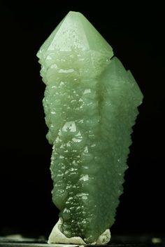 Chrome Diopside Gemstone Ferroan green quartz / Dalnegorsk, Russia oooh the gemstones! Minerals And Gemstones, Crystals Minerals, Rocks And Minerals, Stones And Crystals, Green Gemstones, Gem Stones, Cool Rocks, Beautiful Rocks, Rock Collection