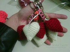 Llaveros en forma de corazon tejidos a crochet, adornados con cola de rata y cuentas de madera