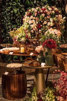 """Estão preparados para ver uma decoração linda? Um casamento noturno, com o salão tranformado num cenário rústico-chique-romântico cheio de beleza. A decoração é da Mariana Bassi: """"Nossa noiva Ana foi desde a primeira reunião muito tranquila e objetiva, nos solicitando uma decoração com estilo rústico chique, com tons florais em branco, verde, rosa claro e …"""