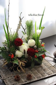 New Ideas For Flowers Tropical Blue Table Flower Arrangements, Flower Arrangement Designs, Christmas Flower Arrangements, Ikebana Flower Arrangement, Beautiful Flower Arrangements, Table Flowers, Flower Vases, New Years Decorations, Flower Decorations