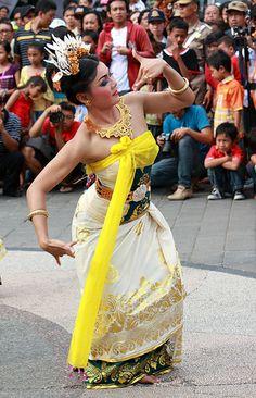 Tari Jermpiring Bali Girls, Dance Poses, Cartoon Faces, Paradise Island, In Ancient Times, Dns, High Level, World Cultures, Traditional Dresses