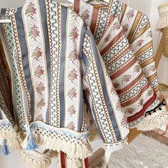 """Coucoufashion on Instagram: """"Heute geht es in unserer Story weiter mit der Kleider sowie Jackenvorstellung. Wir hoffen ihr liebt die Teile genauso wie wir! Die Bohojacken besitzen so viel wunderschöne Details wie die Baumwollborte am Saum oder den Gürtel zum zubinden. Kaufen könnt ihr die Jacken auf unserem Instagram Kanal Kimono Top, Crochet, Instagram, Tops, Women, Fashion, Fiction, Jackets, Cotton"""