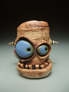 Very clever. Ceramic Monsters, Clay Monsters, Little Monsters, Pottery Sculpture, Pottery Art, Paper Clay, Clay Art, Comic Cat, Cute Clay