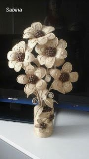 Diy Crafts - How to DIY easy loopy burlap fabric flowers. Perfect as rus Accessoire De Fete, Artisanat En Carton, Toile De Jute, Hessian Crafts, Twine Crafts, Fabric Crafts, Diy Crafts, Twine Flowers, Diy Flowers, Fabric Flowers, Diy Embroidery Flowers, Fleurs Diy