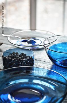 Geef je interieur een Scandinavische toets! Presenteer je gerechtjes op stijlvolle borden van mondgeblazen glas en verras je gasten. STOCKHOLM 2017 Platte schaal, 24,99/st. #IKEABE #STOCKHOLM2017 Add a Scandinavian touch to your interior! Present your dishes on stylish mouthblown plats and surprise your guests. STOCKHOLM 2017 Serving plate, 24,99/pce. #IKEABE #STOCKHOLM2017