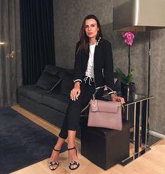 O #look é de ontem, mas é só pq vcs pediram para eu postar ele por inteiro. 💖😜 Para quem perguntou a camiseta já vem com esse corpet (acho que é assim que fala 🤔) não é cinto e nem faixa. Foi a pergunta que mais tive que responder pelo Direct ontem, depois que postei no #stories. Night night loves 🌺 . . . . . . #mylook #fashiongram #fashion #blogger #blogged #fashionblog #fashionstyle #style #latergram #bloggerlook #blogging #glam #bloggerstyle #fashiondaily #cool #details #valentino…