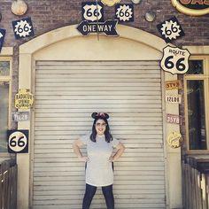 Acertei muito no look escolhido pra Disneyland: fofo, confortável e fresco! 🔝😎 Curtiram? #disneyland #disney #lookdodia #ootd #outfitoftheday #fashion #moda #fashionblogger #blogger #blog #blogueira #blogueirademoda #stripes #mickey #listras #travel #viagem #ferias #vacation #lifestyle #win #fun #usa #califa #california #daphneinLA #malandramentenacalifa #mickeyvemnimim #lifeasdaphne