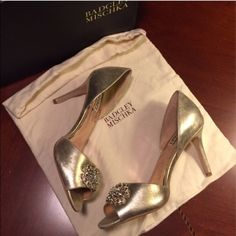 """To Die For! Gold Badgley Mischka d'Orsay Pump NWT/NIB⚜ Glamorous gold metallic suede d'orsay heel perfectly poised to add an elegant accent to your ensemble. Perfect for proms, weddings or just because! Features a vintage inspired crystal rhinestone embellishment at the peep-toe. Heel height 3-1/4"""", but comfy. Original Badgley Mischka box w/dust bag, replacement crystals & heel taps. Fits size 9-1/2. Pictures are best description, but questions please ask. NEVER WORN 🔻169*23🚫Trades🚫🅿️🅿️…"""