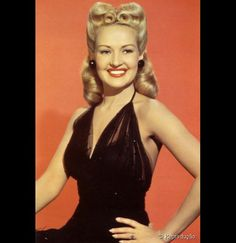 Victory Rolls is one of the popular models in vintage hairstyles. Let's we see how to made the classic Victory Rolls step by step. Victory Rolls, Old Hollywood Glamour, Hollywood Stars, Classic Hollywood, Cabelo Pin Up, Pinup, Estilo Pin Up, 1940s Hairstyles, Divas