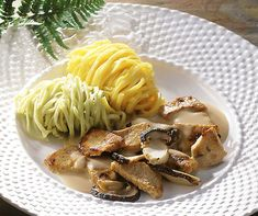 Kalvkoteletter med cepsås Source by schweiziskarecept Bolet, Spaghetti, Chicken, Meat, Ethnic Recipes, Food, Cook, Swiss Recipes, Noodles