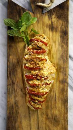 Filé de frango assado com tomate, muçarela de búfala e manjericão, essa é a excelente e fácil receita de frango caprese!