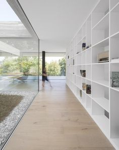 Designed by spaceworkers, this long, rectangular concrete house stretches along the green landscape while adjusting to the uneven ground. Minimalist Architecture, Minimalist Interior, Contemporary Architecture, Interior Architecture, Patio Interior, Interior And Exterior, Interior Design, Interior Minimalista, House Extensions
