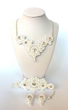 gyönyörű fehér swarovski esküvői sujtás ékszer szett azoknak a nőknek készült, akik értékelik az egyediséget és szeretnének a nagy napon tündökölni.