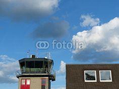 Flughafengebäude und Tower des Flugplatz Oerlinghausen am Teutoburger Wald bei Bielefeld in Ostwestfalen-Lippe